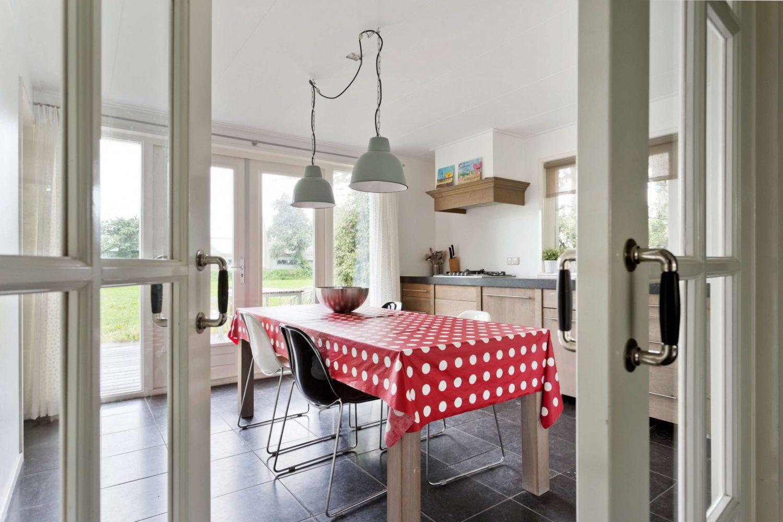 Moderne keuken met openslaande deuren op Schiermonnikoog
